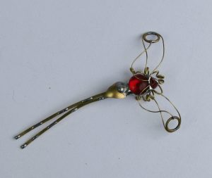 Tiski cvet-manji broš crvena