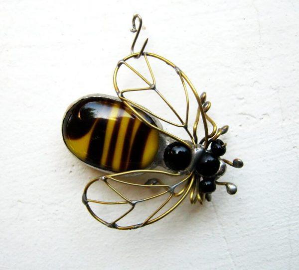 staklene iskre pčela broš