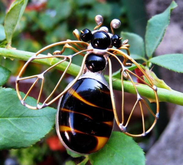 staklene iskre pčela