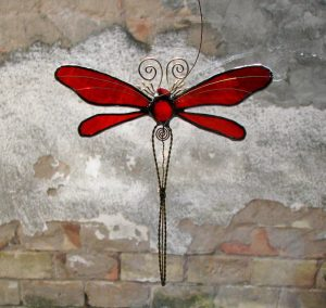 Vilin konjic -suncatcher crvena